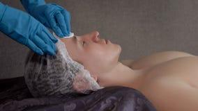 Man i brunnsorten på ansiktsbehandling som rentvår och fuktar tillvägagångssätt Fotografering för Bildbyråer