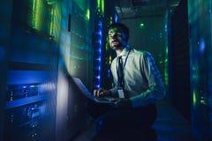 Man i datacenter arkivbild
