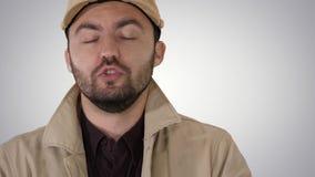 Man i demisäsongkläder som aldrig talar till dig för att göra det på lutningbakgrund lager videofilmer