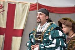 Man i den medeltida dräkten, historisk festival Royaltyfri Bild