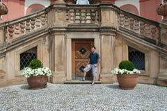 Man i den Prague Troja slotten Royaltyfri Fotografi