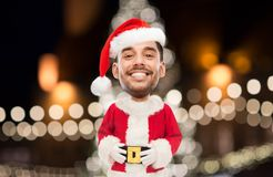 Man i den Santa Claus dräkten över julljus Fotografering för Bildbyråer