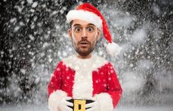 Man i den Santa Claus dräkten över julsnö Arkivbilder
