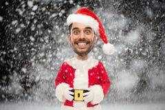 Man i den Santa Claus dräkten över julsnö Royaltyfri Bild