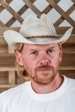 Man i den vita hatten Fotografering för Bildbyråer