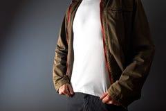 Man i den vita t skjortan för visning under hans omslag Royaltyfri Bild