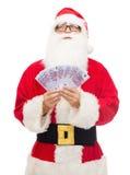 Man i dräkt av Santa Claus med europengar Arkivfoto