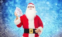 Man i dräkt av Santa Claus med europengar Fotografering för Bildbyråer