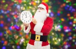 Man i dräkt av Santa Claus med klockan Royaltyfri Fotografi