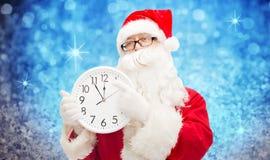 Man i dräkt av Santa Claus med klockan Arkivbilder