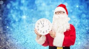 Man i dräkt av Santa Claus med klockan Royaltyfri Bild
