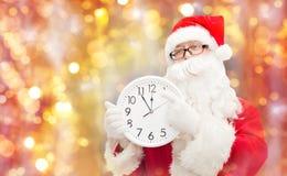 Man i dräkt av Santa Claus med klockan Royaltyfri Foto