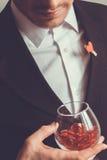 Man i dräkt med ett exponeringsglas Arkivbilder