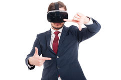 Man i dräkt med virtuell verklighetexponeringsglas fotografering för bildbyråer