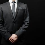 Man i dräkt på en svart bakgrund Royaltyfri Foto