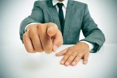 Man i dräkt som pekar fingret Arkivbild