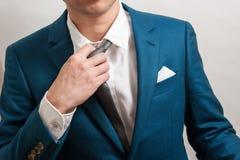Man i dräkten som av tar slipsen Royaltyfri Foto