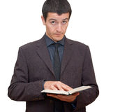 Man i dräkten som rymmer en öppen bok royaltyfria foton