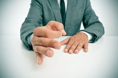Man i dräkt som gör en gest som att intyga hans anförande Arkivbild