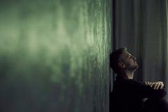Man i dystert rum fotografering för bildbyråer