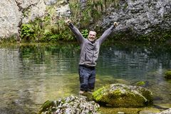 Man i en bergflod Arkivfoto