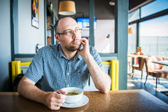 Man i en cafe Fotografering för Bildbyråer