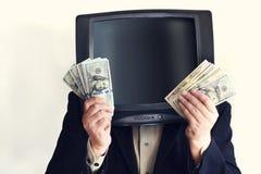 Man i en dräkt med gammal TV i stället för huvudet, håll per dollar i hans händer multimedior royaltyfria bilder