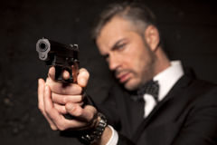 Man i en dräkt och ett vapen Royaltyfri Fotografi