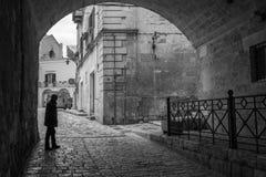 Man i en gammal gata i staden av Matera fotografering för bildbyråer