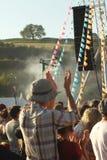 Man i en hatt som applåderar och tycker om festivalen Royaltyfri Foto