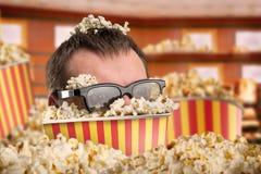 Man i en hink av popcorn Royaltyfri Foto