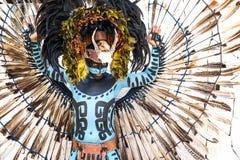 Man i en Mayan krigaredräkt Arkivfoto
