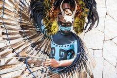 Man i en Mayan krigaredräkt Arkivfoton