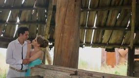 Man i en omfamning med en flicka lager videofilmer