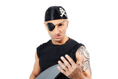 Man i en piratkopieradräkt Arkivbild