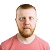 Man i en rosa skjorta med en sido- ögonkast Arkivbild