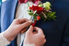 Man i en tux som fixar hans cufflink royaltyfria bilder