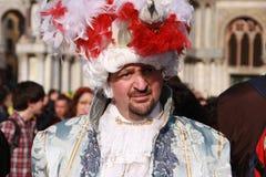 Man i en Venetian dräkt på karnevalet i Venedig, Italien Arkivbild