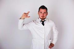 Man i en vit ämbetsdräkt Arkivfoton