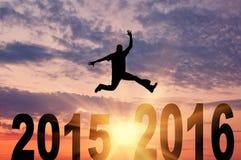Man i ett hopp mellan 2015 och 2016 år Arkivbild
