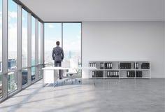 Man i ett kontor framme av fönstret royaltyfri illustrationer