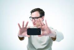 Man i exponeringsglas som fotograferas av smartphonen Royaltyfria Bilder