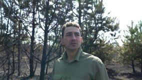 Man i förtvivlan som står i bränd skogaf-löpeld, ekologisk katastrofkatastrof lager videofilmer