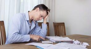 Man i finansiell spänning arkivbild