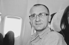 Man i flygplan Royaltyfri Bild