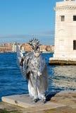Man i färgrik dräkt och maskering under den Venetian karnevalet Arkivfoto