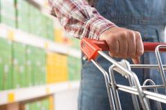 Man i grova bomullstwillar på supermarket Arkivbilder