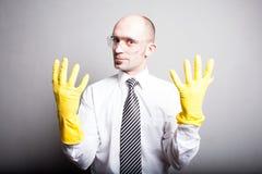 Man i gula latexhandskar och plast- exponeringsglas arkivfoto