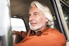 Man i hans bil royaltyfria bilder