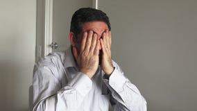 Man i hans forties (40-tal) som sitter på en tabellrubbning stock video